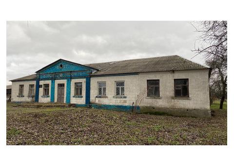 Продається комерційна будівля(колишня контора). 330 кв.м.  60 соток.